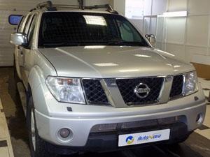 Установка парковочной камеры Redpower с подключением к зеркалу заднего вида на автомобиль Nissan Navara
