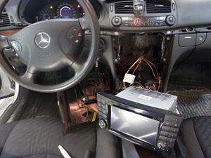 Установка штатной мультимедийной магнитолы Redpower с подключением штатного усилителя MOST (оптика) на автомобиль Mercedes-Benz E-class (W211)